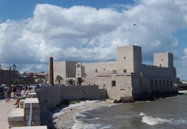 Ein typisch rechteckiger Bau mit noch zwei Türmen