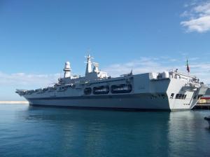 Der Flugzeugträger Cavour im Hafen von Bari