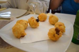 frittierte Teigbällchen mit Oliven